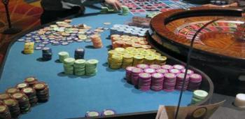 Roulettbord med högar med spelmarker